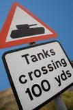 横穿英国路标的坦克 免版税库存图片