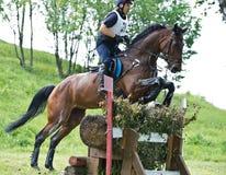 横越全国。在马的未认出的车手 免版税库存照片