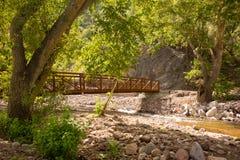 横跨一个峡谷的一座桥梁在新墨西哥 库存照片