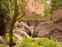 横跨一个峡谷的一座桥梁在新墨西哥 免版税库存照片
