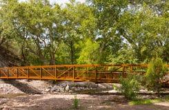 横跨一个峡谷的一座桥梁在新墨西哥 免版税库存图片