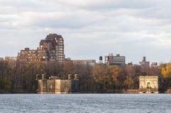 横跨一个湖的一个看法在中央公园,纽约 免版税图库摄影