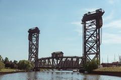 横跨一条河的桥梁在街市的芝加哥 免版税库存图片