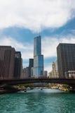 横跨一条河的桥梁在街市的芝加哥 图库摄影