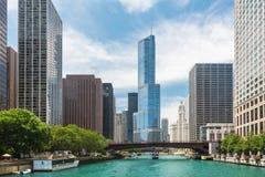 横跨一条河的桥梁在街市的芝加哥 库存图片