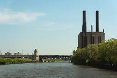 横跨一条河的桥梁在街市的芝加哥 库存照片