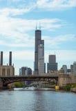 横跨一条河的桥梁在街市的芝加哥 免版税库存照片
