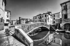 横跨一条运河的典型的桥梁在基奥贾,威尼斯,意大利 图库摄影