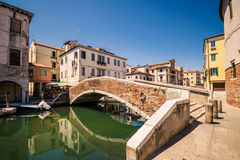 横跨一条运河的典型的桥梁在基奥贾,威尼斯,意大利 库存图片