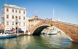 横跨一条运河的典型的桥梁在基奥贾,威尼斯,意大利 免版税图库摄影