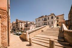 横跨一条运河的典型的桥梁在基奥贾,威尼斯,意大利 库存照片