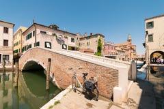 横跨一条运河的典型的桥梁在基奥贾,威尼斯,意大利 免版税库存图片
