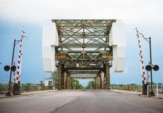 横跨一条运输的渠道水路的一座吊桥 库存图片
