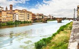 横跨亚诺河的桥梁在佛罗伦萨 免版税库存图片