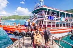 横跨从芭达亚的河轮渡酸值的Larn 从巴厘岛海氏码头 库存照片