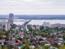 横跨伏尔加河的路桥梁在市萨拉托夫和恩格斯之间 城市` s地平线 假定大教堂教会kogalym正统俄国西伯利亚城镇处女西部 可以 库存照片