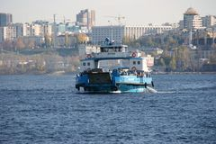 横跨伏尔加河的轮渡 免版税图库摄影