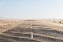 横跨偏僻的沙漠路的沙尘暴在南部的纳米比亚被采取的i 库存图片