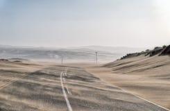 横跨偏僻的沙漠路的沙尘暴在南部的纳米比亚被采取的i 免版税库存图片