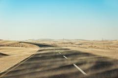 横跨偏僻的沙漠路的沙尘暴在南部的纳米比亚被采取的i 免版税图库摄影
