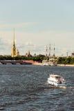 横跨内娃河,圣彼德堡的彼得和保罗堡垒 免版税库存图片