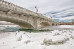 横跨冰冷的弓河的卡尔加里桥梁 库存图片