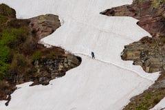 横跨冰架的人远足 库存图片