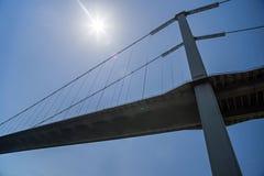 横跨博斯普鲁斯海峡海峡的7月15日受难者桥梁在伊斯坦布尔、连接的欧洲和亚洲 底视图 免版税图库摄影