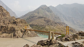 横跨印度河,巴基斯坦的吊桥 免版税库存图片