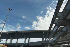 横跨发怒路的高速公路明确方式天桥underconstruction在蓝天后面地面的泰国城市 图库摄影
