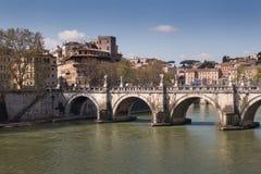 横跨台伯河,罗马,意大利的桥梁 免版税库存照片