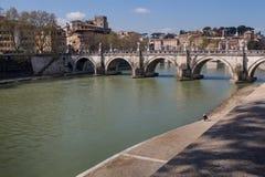 横跨台伯河,罗马,意大利的桥梁 库存照片