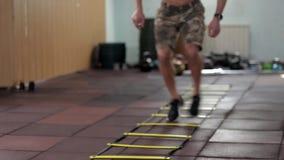 横跨地板的年轻男性运动员奔跑 股票录像