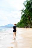 横跨地 跑在海滩的适合的运动员慢跑者 锻炼 体育, 免版税库存图片