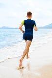横跨地 跑在海滩的适合的运动员慢跑者 锻炼 体育, 免版税图库摄影