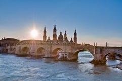 横跨埃布罗河的石桥梁在萨瓦格萨,西班牙 免版税库存照片