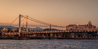 横跨多瑙河布达佩斯,匈牙利的桥梁 库存照片
