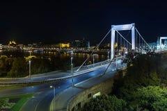 横跨多瑙河的伊丽莎白桥梁在布达佩斯 免版税库存照片