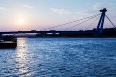 横跨多瑙河的新的桥梁在蓝色黎明 免版税库存图片