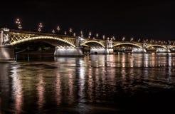 横跨多瑙河的玛格丽特桥梁在夜之前 布达佩斯,垂悬 免版税库存图片