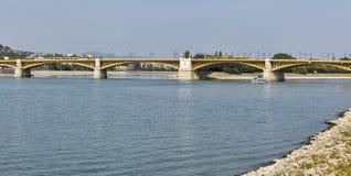 横跨多瑙河的玛格丽特桥梁在布达佩斯,匈牙利 免版税库存照片