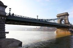 横跨多瑙河的著名铁锁式桥梁 布达城堡在背景,布达佩斯,匈牙利,欧洲中 免版税库存照片