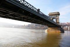 横跨多瑙河的著名铁锁式桥梁 布达城堡在背景,布达佩斯,匈牙利,欧洲中 库存图片