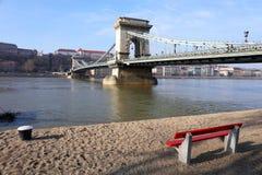 横跨多瑙河的著名铁锁式桥梁 布达城堡在背景,布达佩斯,匈牙利,欧洲中 库存照片
