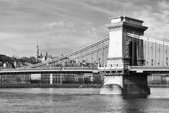 横跨多瑙河的著名铁锁式桥梁 布达城堡在背景,布达佩斯,匈牙利,欧洲中 免版税库存图片