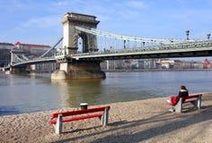 横跨多瑙河的著名铁锁式桥梁 布达城堡在背景,布达佩斯,匈牙利,欧洲中 图库摄影