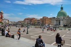 横跨大运河的方形的看法有教会的在威尼斯 免版税库存照片
