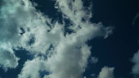 横跨天空跑的云彩 影视素材