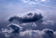 横跨天空驱散的美丽的云彩 库存照片
