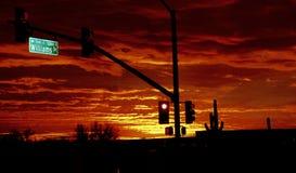横跨天际的火红的日落 图库摄影